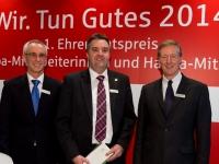 Jörg Gehrigk nimmt den Check vom Vorstand entgegen